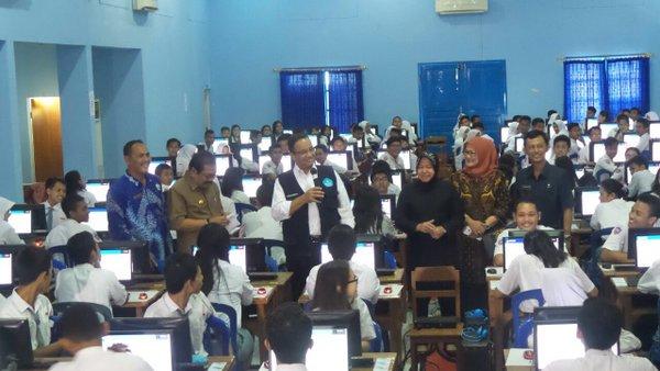 Cairkan Ketegangan, Mendikbud Swafoto dengan Peserta UN di Surabaya